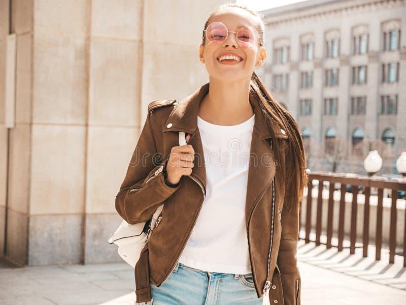 Menina na moda bonita que levanta na rua imagens de stock