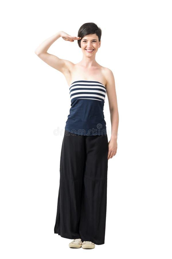Menina na moda brincalhão do cabelo consideravelmente curto que sauda e que sorri na câmera imagens de stock royalty free