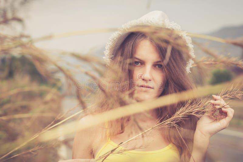 Menina na moda do moderno no chapéu que relaxa na estrada no dia t imagem de stock