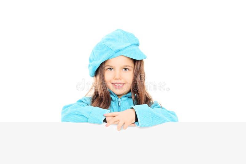 Menina na moda que levanta atrás do painel vazio fotos de stock