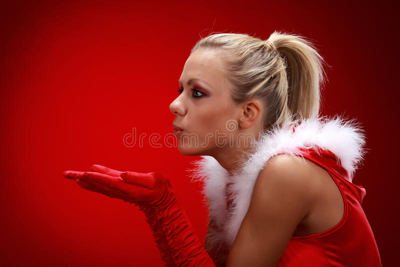 Menina na neve de sopro de pano de Santa imagem de stock