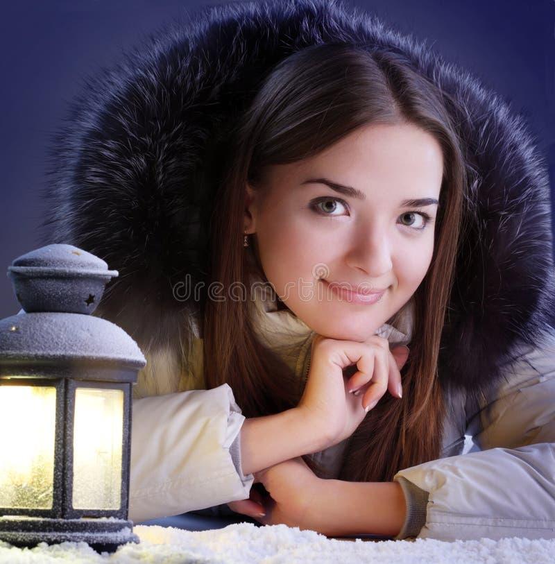 Menina na neve do inverno foto de stock