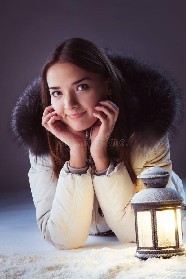 menina na neve do inverno com lanterna fotografia de stock
