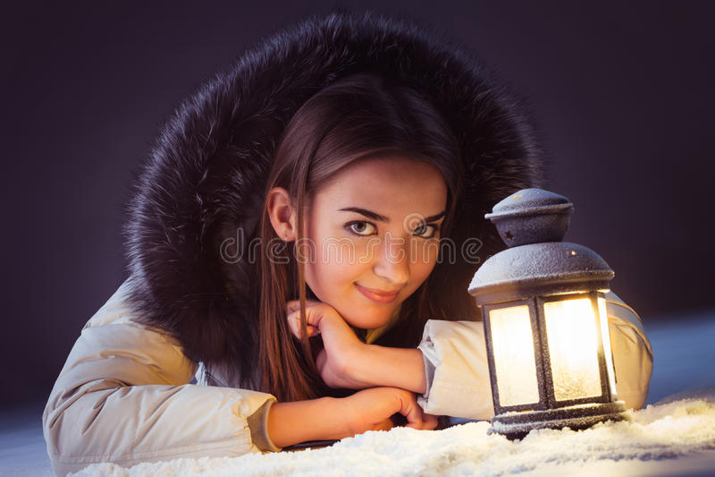 menina na neve do inverno com lanterna imagem de stock royalty free