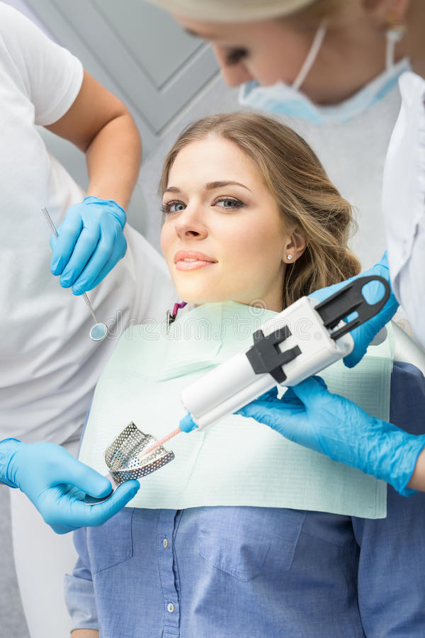 Menina na odontologia imagem de stock royalty free