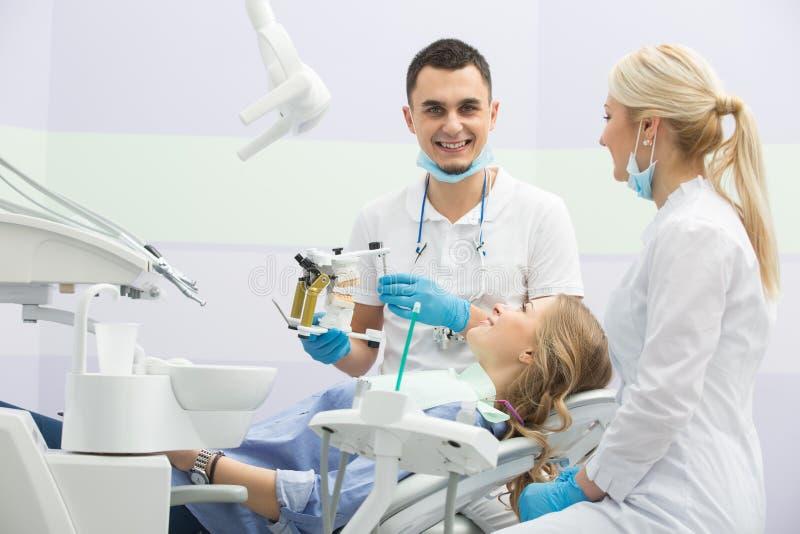 Menina na odontologia fotos de stock