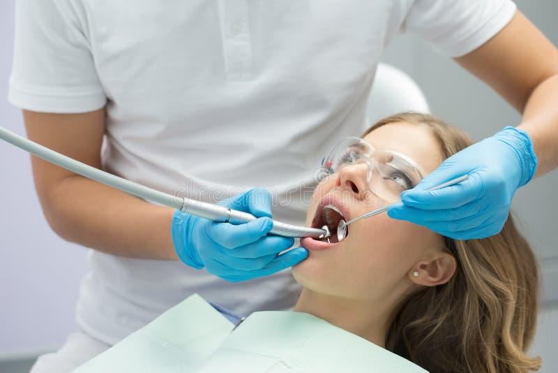 Menina na odontologia foto de stock