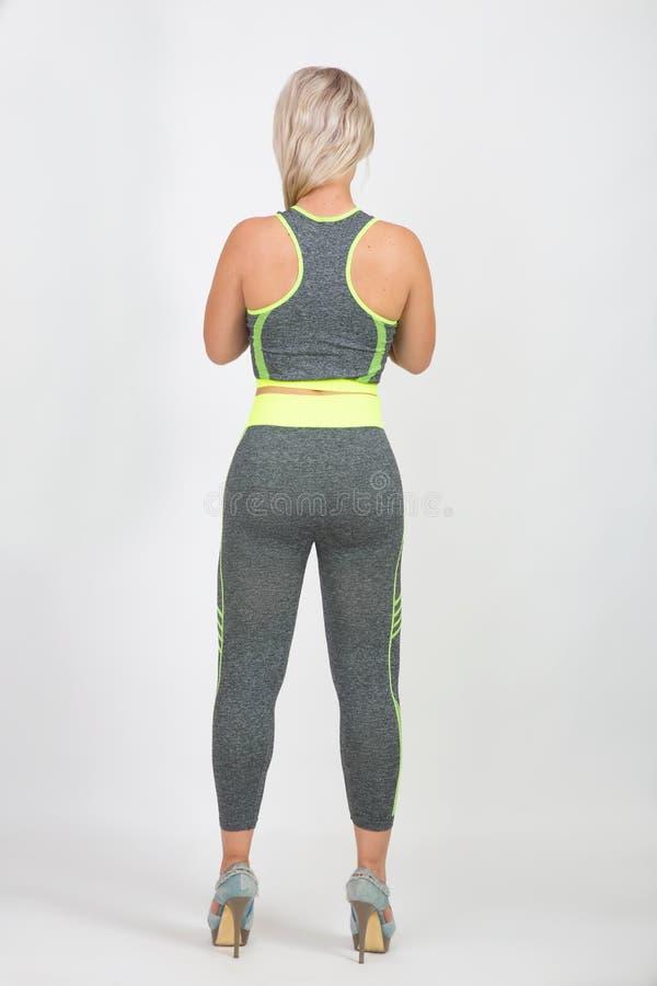 Menina na opinião traseira de terno de gym imagens de stock royalty free