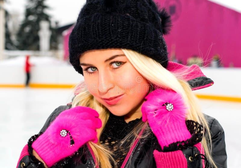 Menina na patinar-pista foto de stock