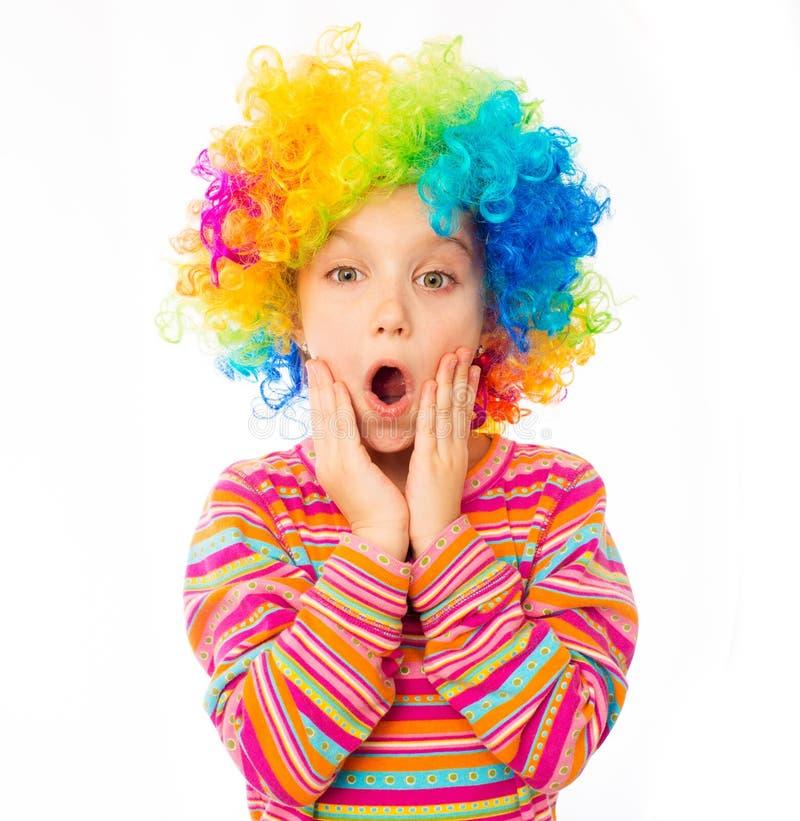 Menina na peruca do palhaço imagens de stock
