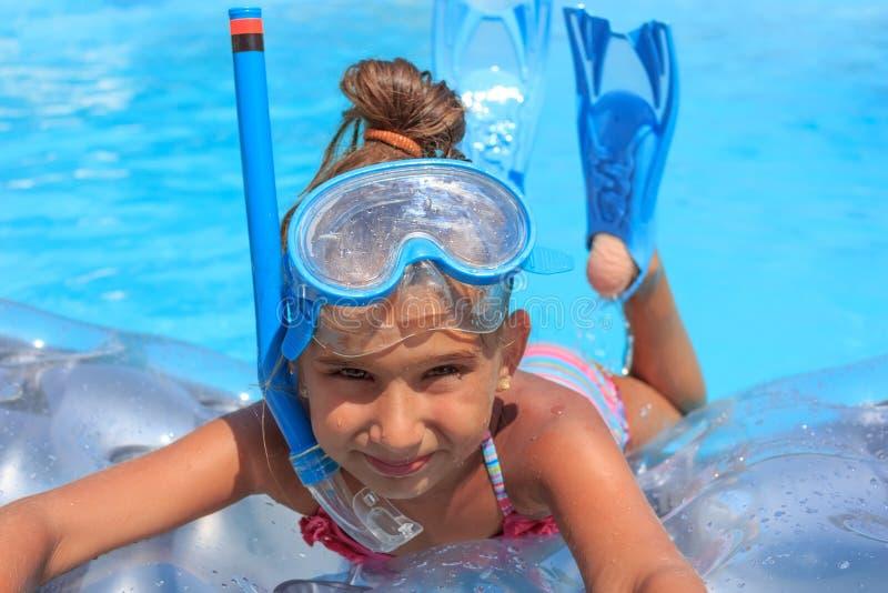 Download Menina na piscina imagem de stock. Imagem de azul, menina - 26507953
