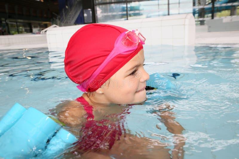 Menina na piscina com fitas fotos de stock royalty free