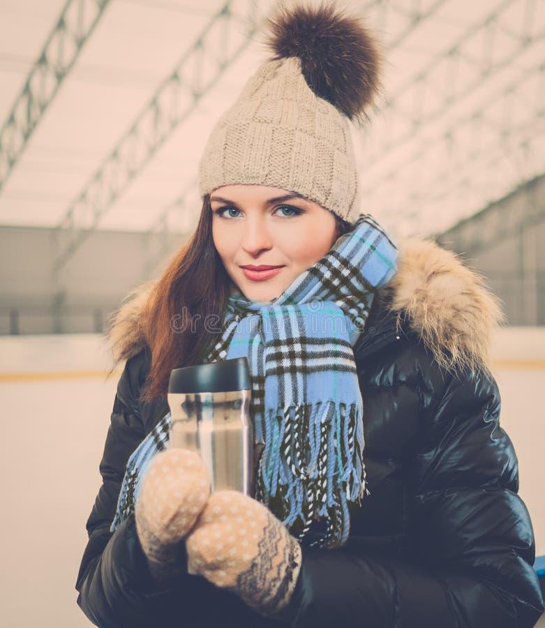 Menina na pista da patinagem no gelo foto de stock