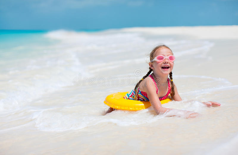 Menina na praia imagem de stock royalty free