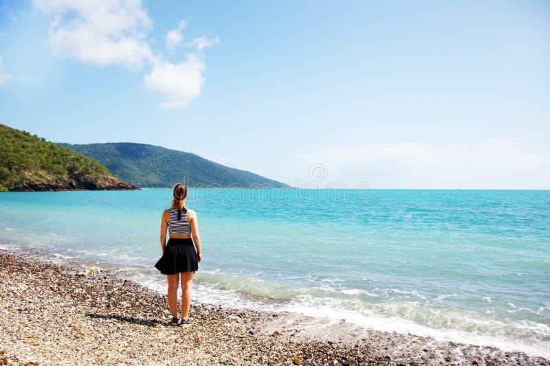 Menina Na Praia Coral Que Olha Para Fora Ao Mar Fotografia de Stock