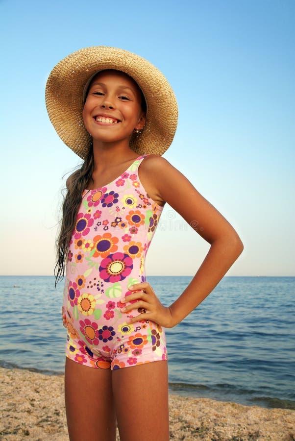 Menina na praia do mar fotos de stock royalty free