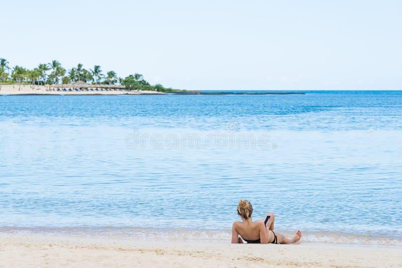 Menina na praia do mar fotos de stock