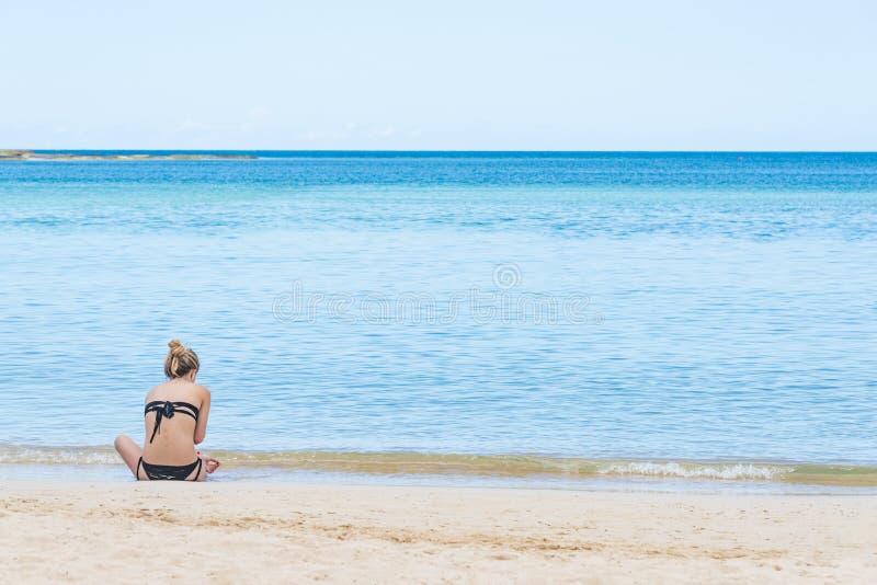 Menina na praia do mar foto de stock