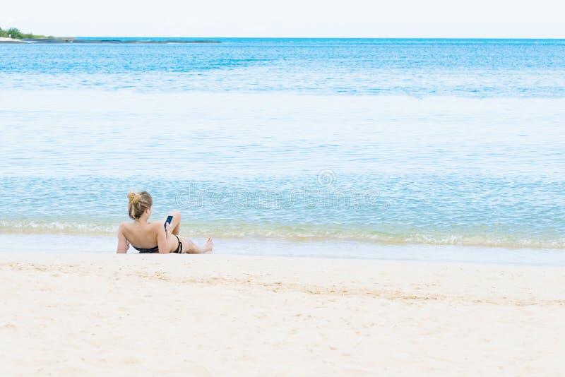 Menina na praia do mar fotografia de stock
