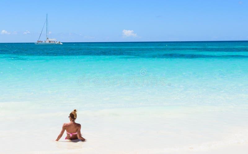 Menina na praia do mar imagem de stock royalty free