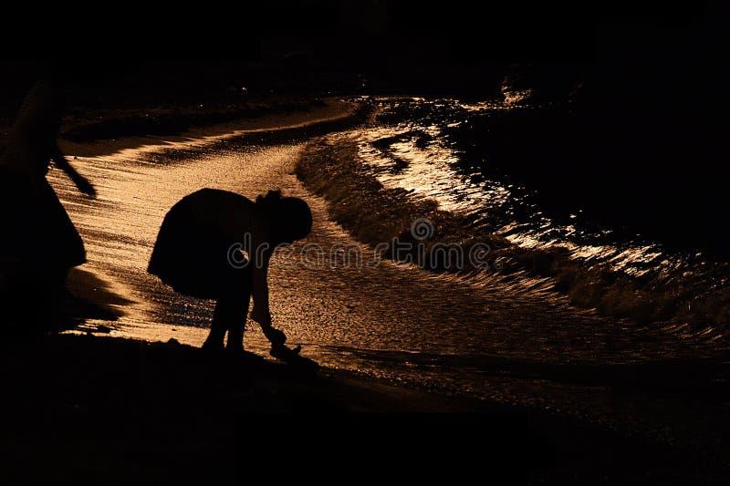 Menina na praia na noite, Haifi, Israel imagem de stock royalty free