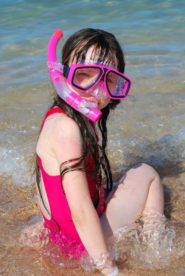 Menina na praia que snorkeling fotografia de stock royalty free
