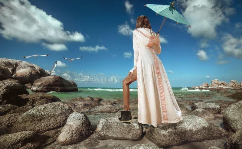 Menina na praia tropical imagem de stock royalty free