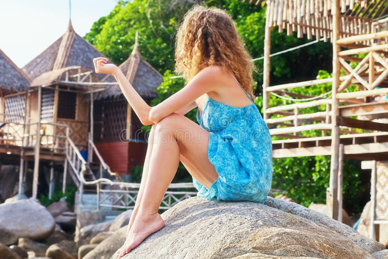 Menina na praia tropical fotos de stock royalty free