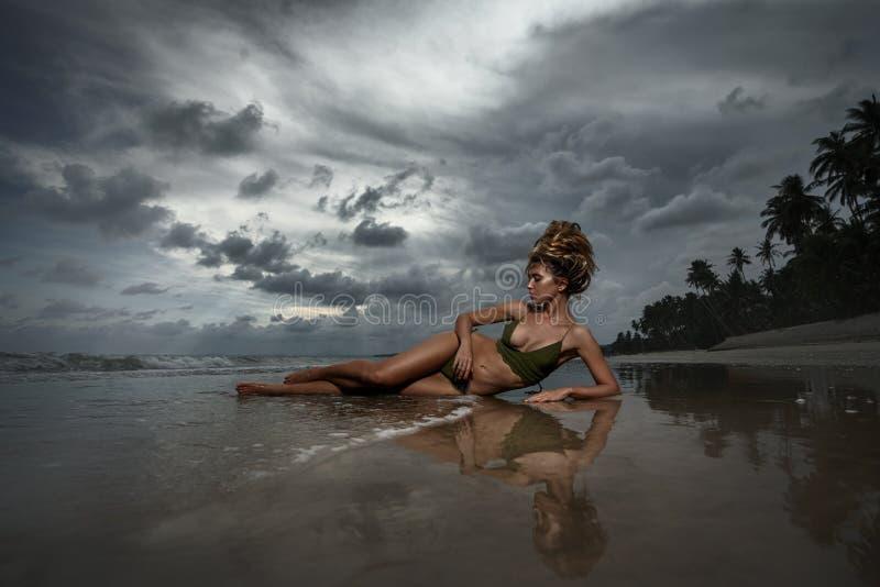 Menina na praia tropical imagem de stock