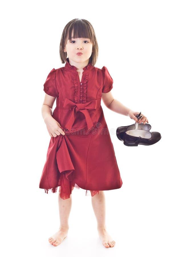Menina na preensão vermelha do vestido em sapatas à moda foto de stock royalty free