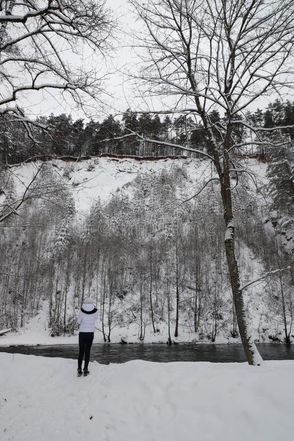 Menina na roupa branca no parque do inverno foto de stock royalty free