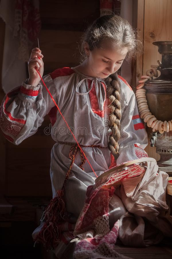Menina na roupa do russo foto de stock