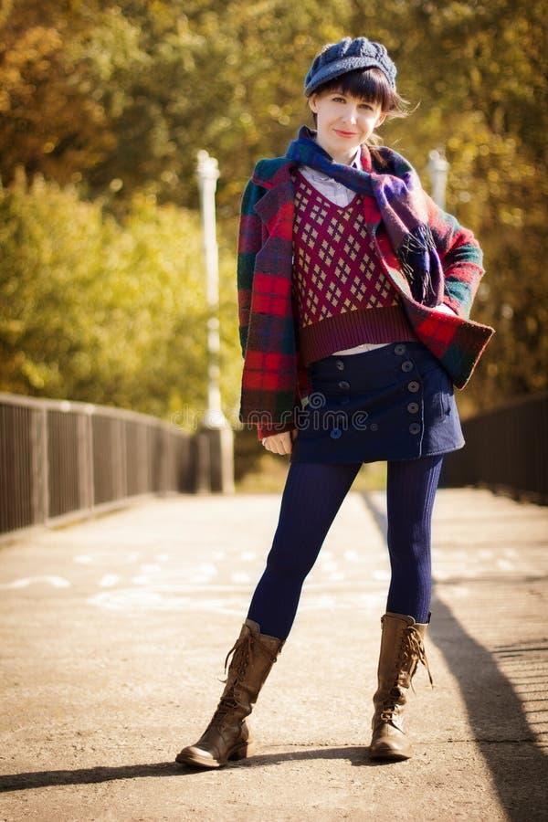 Menina na roupa do vintage em cores do outono imagem de stock royalty free
