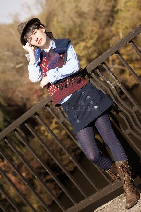 Menina na roupa do vintage em cores do outono imagem de stock