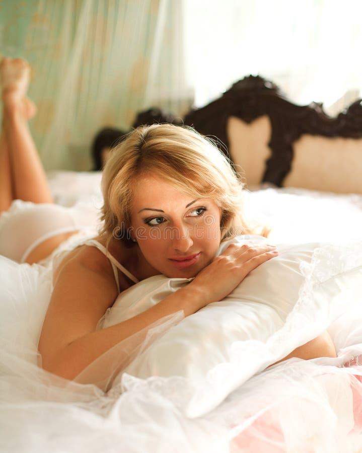 Download Menina Na Roupa Interior Na Cama Foto de Stock - Imagem de erotic, atrativo: 26524690