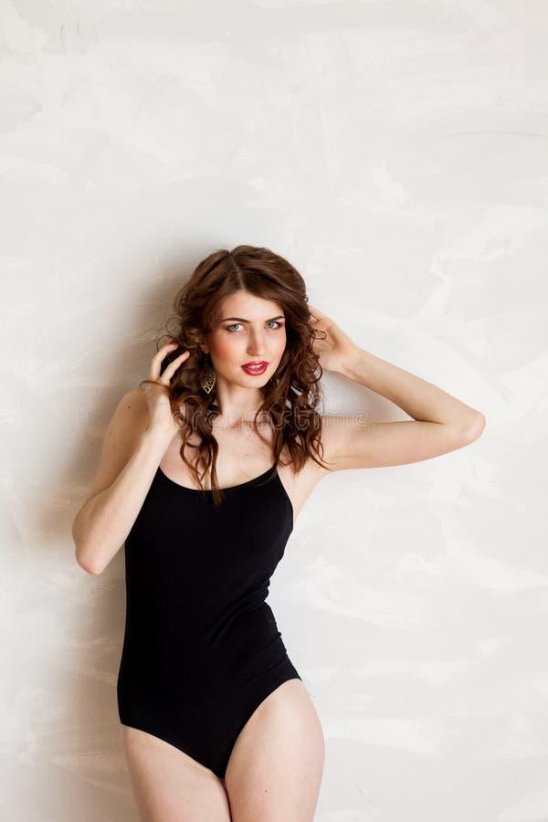 Menina na roupa interior que levanta no estúdio foto de stock royalty free