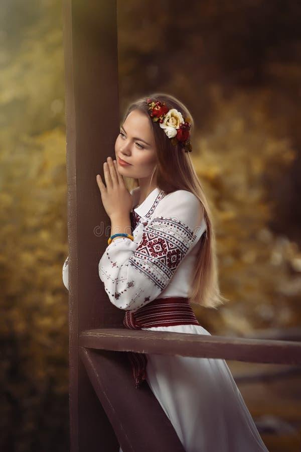 Menina na roupa nacional fotos de stock royalty free