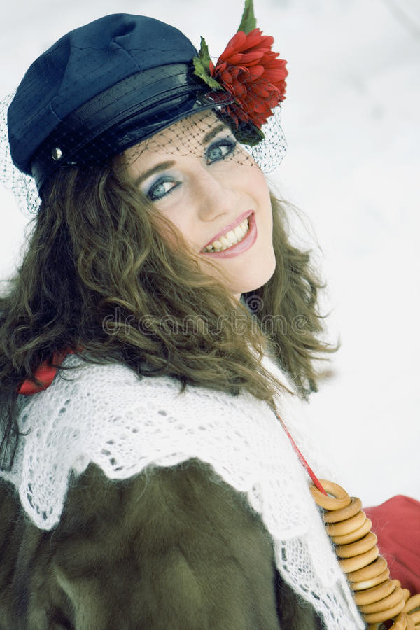 Menina na roupa russian do traditonal para o maslenitsa foto de stock