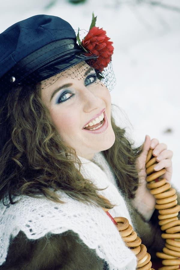 Menina na roupa russian do traditonal para o maslenitsa fotografia de stock
