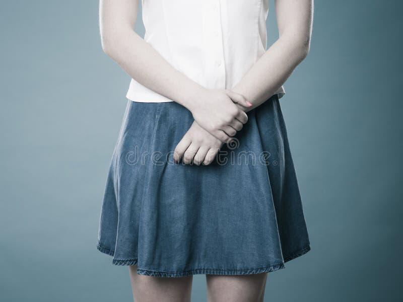 Menina na saia azul da sarja de Nimes fotografia de stock