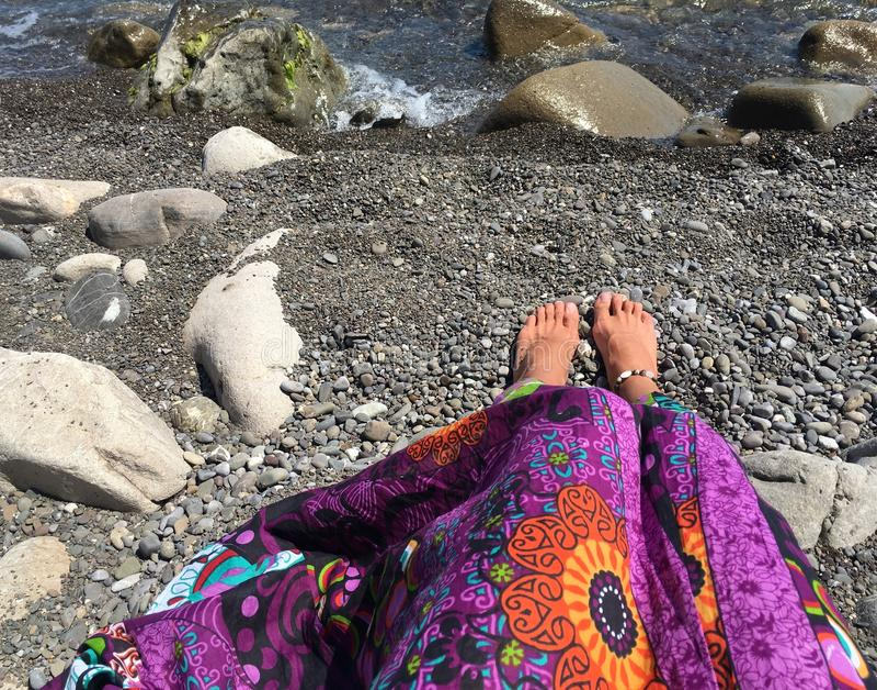 Menina na saia brilhante na praia imagem de stock royalty free