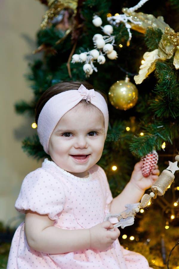 Menina na sala do Natal fotografia de stock