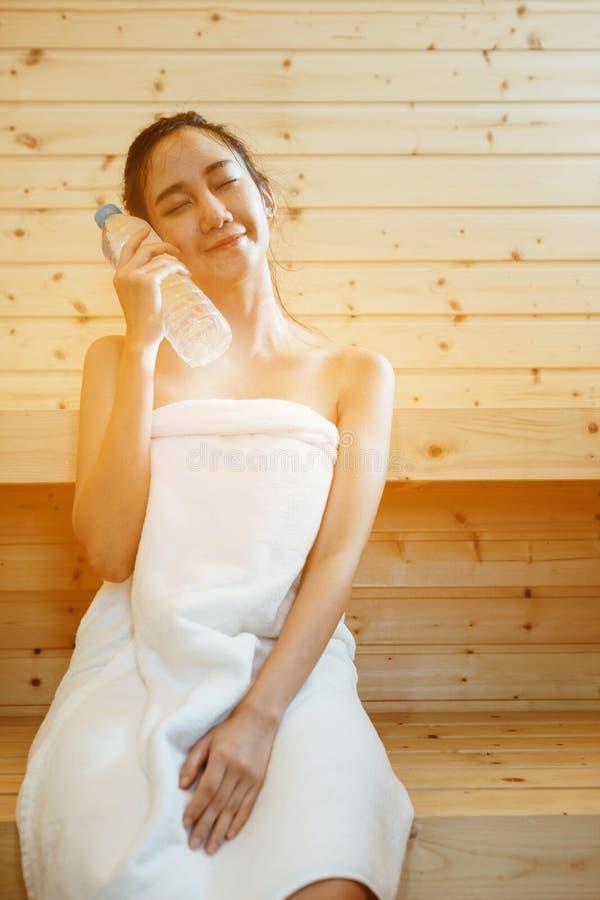 Menina na sauna fotografia de stock