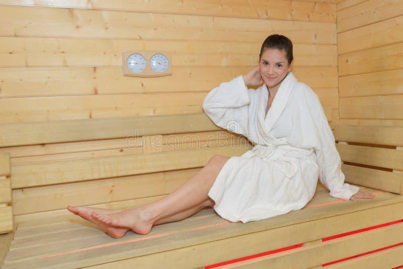 Menina na sauna imagem de stock