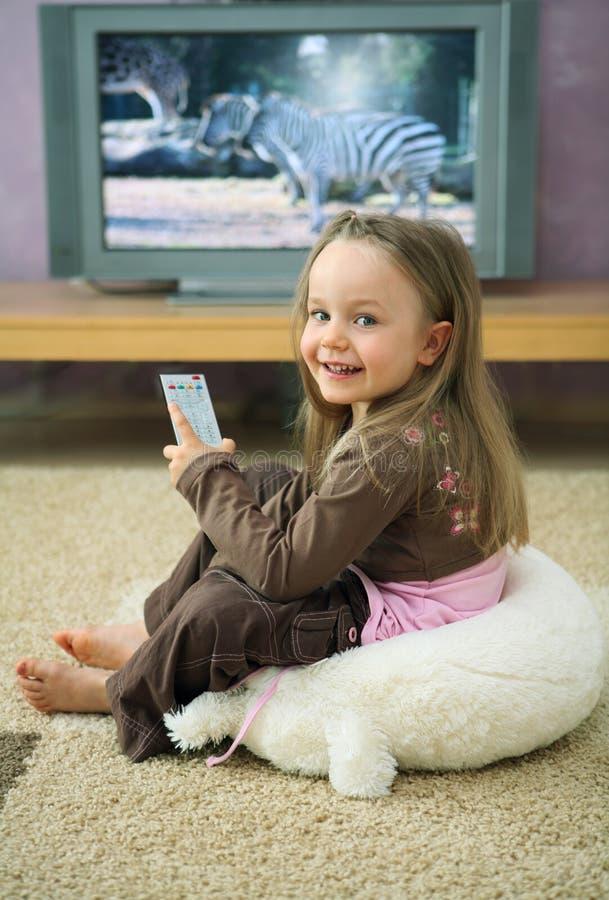 Menina na televisão imagens de stock royalty free
