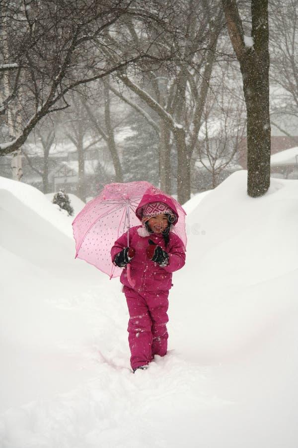 Menina na tempestade do inverno fotografia de stock