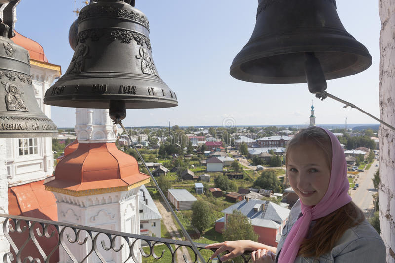 Menina na torre de sino da igreja da entrada do senhor no Jerusalém em Totma foto de stock