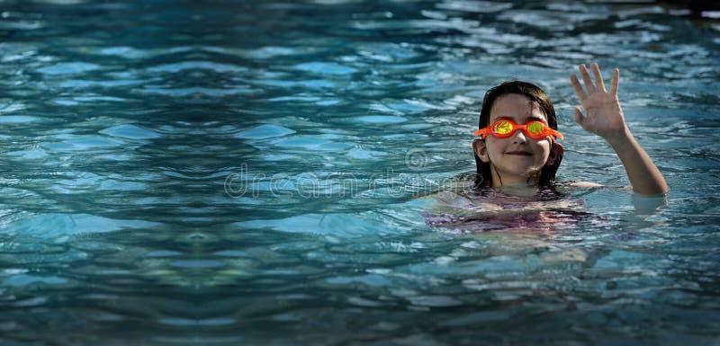 Menina nadadora dos óculos de proteção do divertimento do verão em ondinhas da água da associação imagens de stock