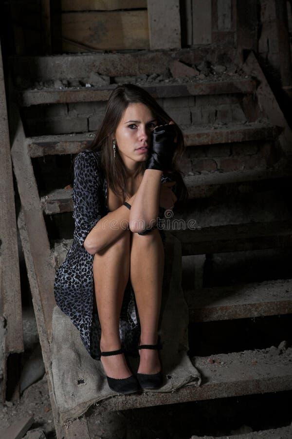 Menina nas escadas escuras foto de stock