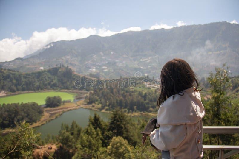 Menina nas terras altas com belos panorâmicos em Wonosobo, indonésia foto de stock royalty free